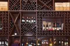 Flessen wijn op de planken Stock Afbeelding