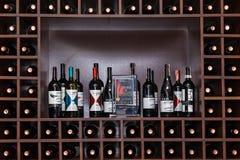 Flessen wijn op de planken Stock Foto