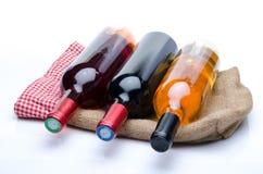 Flessen wijn op een jutezak Stock Afbeeldingen