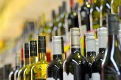 Flessen wijn in rijen Stock Afbeelding