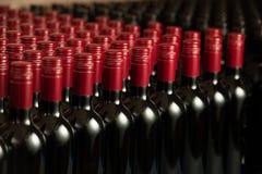 Flessen wijn in winecellar redy voor verpakking en levering royalty-vrije stock afbeeldingen
