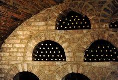 Flessen in wijnkelder stock afbeelding