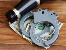 Flessenbier en handcuffs, het concept gematigdheid en dronkenschap royalty-vrije stock foto's