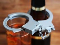 Flessenbier en handcuffs, het concept gematigdheid en dronkenschap royalty-vrije stock fotografie