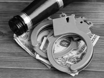Flessenbier, handcuffs en dollars, het concept gematigdheid en dronkenschap royalty-vrije stock foto