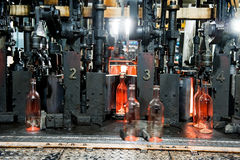 Flessenfabriek, proces om glasflessen te maken Stock Fotografie