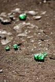 Flessenglas op het asfalt stock afbeeldingen