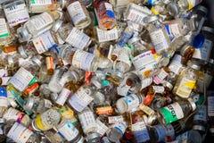 Flessenhuisvuil van gebruikte flesjes van antibiotica, medicijnen om besmettingen in het laboratorium te behandelen stock foto