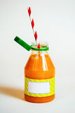 Flessensinaasappel smoothie met stro op witte achtergrond Stock Fotografie