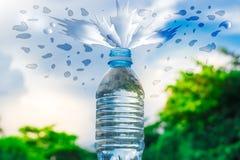 Flessenwater aan plastiek op hemel en boom onscherpe achtergrond wordt gemaakt die Het gebruiken van behang voor pakket of produc Royalty-vrije Stock Afbeeldingen