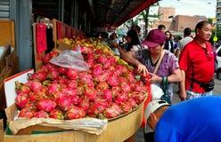 Flessinga, NY: Donna che compra Dragonfruit fotografia stock libera da diritti