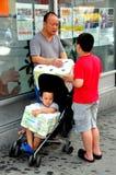 Flessinga, NY: Famiglia cinese con il tessuto di sciacquone fotografie stock libere da diritti