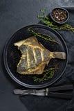 Flet grillé, nourriture saine équilibrée Fond gris, vue supérieure, l'espace pour le texte photo stock