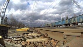 Flete el tren, carros cerca de las vías metrajes
