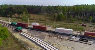 Flete el tren pasan lentamente a través de la fábrica Estructura ferroviaria en la opinión del bosque del top almacen de metraje de vídeo