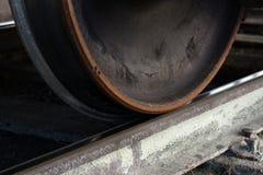 Flete las ruedas del tren en los carriles foto de archivo libre de regalías