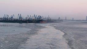 Flete los contenedores y los depósitos de gas en los muelles en las importaciones/exportaciones y el negocio logísticos Puerto co metrajes
