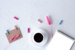 Fletley-Arbeitsplatz mit einem Notizbuch, einem Kaffee und Gl?sern stockfotografie