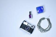 Fletley des Nagellacks, der Halskette, der Konfettis und der Kamera stockfoto