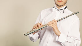 Fletowy muzyczny instrument w rękach flecisty muzyk Zdjęcia Stock
