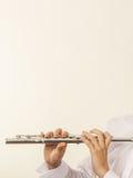 Fletowy muzyczny instrument w rękach flecisty muzyk Zdjęcie Royalty Free