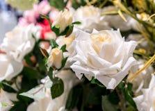 Fleur artificielle de rose de blanc dans la fin de pot sur le backgrou brouillé Photos libres de droits