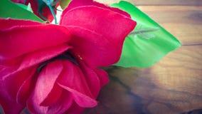 Fleur artificielle de rose de rouge de plan rapproché Photo libre de droits