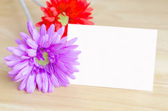Fleur artificielle en pastel avec le papier de note blanc Image stock