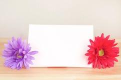 Fleur artificielle en pastel avec le papier de note blanc Image libre de droits