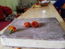Fleur au-dessus de livre sacré histoire de vieux livre, religieux et tradition foi Livre indou photo libre de droits