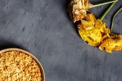 Fleur, biscuits jaunes et tarte aux pommes se trouvant sur le fond gris Configuration plate Vue supérieure image libre de droits