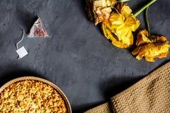 Fleur, biscuits jaunes et tarte aux pommes se trouvant sur le fond gris Configuration plate Vue supérieure photos libres de droits