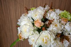 Fleur blanche artificielle sur le fond en bois Handmad décoratif image libre de droits