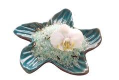 Fleur blanche d'orchidée avec du sel de bain minéral Image stock