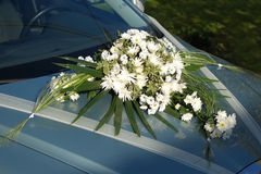 Fleur blanche de mariage sur le véhicule Photographie stock libre de droits