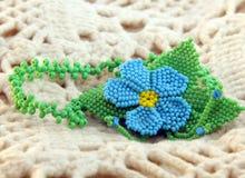 Fleur bleue de pendant de perle Photographie stock