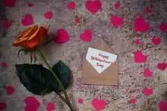 Fleur, coeurs et enveloppe de Rose avec le ` heureux s de St Valentine des textes Photo libre de droits