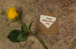 Fleur, coeurs et enveloppe de Rose avec le ` heureux s de St Valentine des textes Image stock