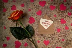 Fleur, coeurs et enveloppe de Rose avec le ` heureux s de St Valentine des textes Image libre de droits