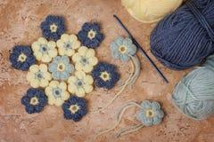 Fleur colorée faite main de crochet avec l'écheveau photographie stock