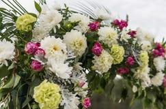 Fleur comme décoration sur un mariage Voûte en bois florale avec le tissu jaune et les fleurs blanches fraîches avec les feuilles photographie stock libre de droits