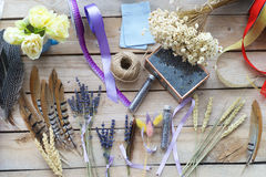 Fleur décorant des approvisionnements avec le ruban Images libres de droits