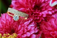 Fleur d'amour de jour de valentines de bague à diamant Images stock