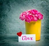 Fleur d'oeillet et carte roses fraîches d'amour au-dessus du backg en pierre de plat Photo stock