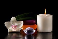 Fleur d'orchidée, bougie, savon et sel de mer pour des procédures de station thermale sur b Photo stock