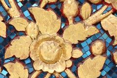 Fleur d'or sur le miroir bleu Photographie stock libre de droits
