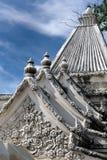 Fleur découpée par pierre sur le toit Photographie stock libre de droits