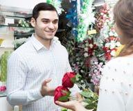 Fleur de achat d'homme et de femme Photos libres de droits