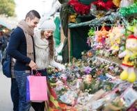 Fleur de achat de Noël de couples au marché Photo libre de droits