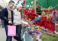 Fleur de achat de Noël de couples au marché Image libre de droits